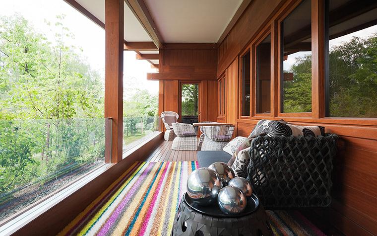 Сучасна скляна тераса в заміському будинку