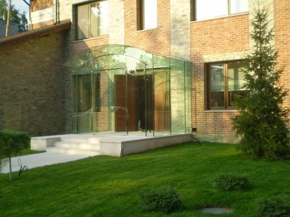 Скляний тамбур в житловому будинку