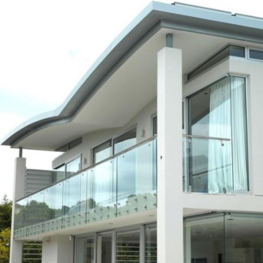 Стеклянное ограждение балкона частного дома
