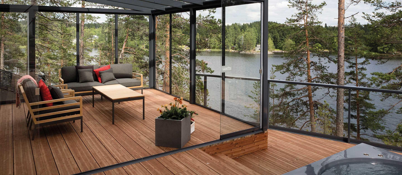 Скляна тераса в будинку біля озера
