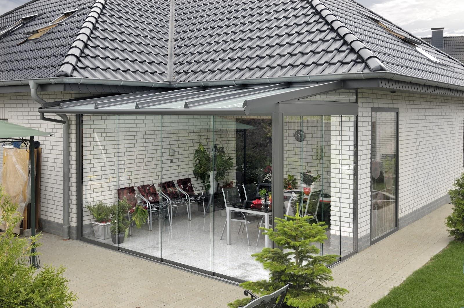 Скляна тераса біля входу в будинок